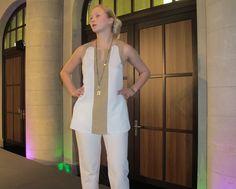 Amanda in einer Seiden Bluse von KAMI Organic, einer Baumwoll Chino von Slowmo und Schmuck von Studio Jux - erhältlich im FAIR QUEEN Online Shop