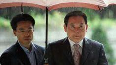 Image copyright                  Getty Images                  Image caption                                      Lee Kun-hee (a la dcha.) se encuentra hospitalizado desde mayo de 2014, cuando sufrió un infarto de miocardio.                                Lee Kun-hee tiene 73 años y es el hombre más rico de Corea del Sur. Es el dueño del chaebol (en español