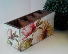 Porta Controle Mod2 Floral Tv Holder, Remote Holder, Fabric Painting, Painting On Wood, Shabby Chic Kitchen Accessories, Mod Podge Crafts, Cutlery Holder, Decoupage Box, Diy Box