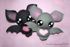 Cute bat plushies by o-YuRiko-o on DeviantArt Halloween Quilts, Halloween Doll, Halloween Crafts, Cute Crafts, Diy And Crafts, Bat Pattern, Felt Crafts Patterns, Kawaii Crochet, Cute Bat