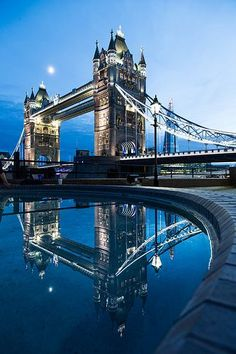 Discover the best things to do in London! London, the capital of England and the United Kingdom, is a city with history stretching back to Roman times. Big Ben, London Eye, London City, Beautiful London, Beautiful Places, Europa Tour, Places To Travel, Places To Visit, London Dreams