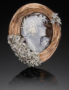 """Spilla """"Bird's Nest"""" in oro rosa, bianco e brillanti; racchiude un cammeo intagliato a Torre del Greco ed è una creazione di Julie Buckareff"""