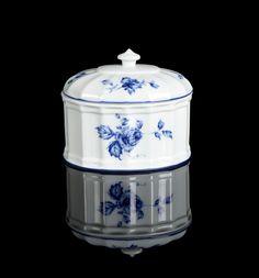 Caixa em porcelana da Vista Alegre. Decoração a azul com flores. Marcada. Alt. aprox.: 13 cm.
