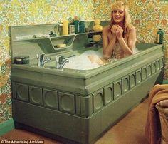 36 Ideas bathroom wallpaper green half baths for 2019 Bathroom Wallpaper Green, Wallpaper Decor, 1970s Decor, 70s Home Decor, Vintage Bathrooms, Decoration, Ikea, Vintage Soul, Interior Design