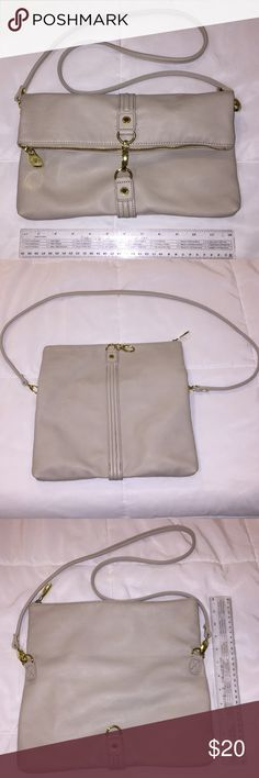 ✨Steve Madden Beige Crossbody Bag✨ Barely used crossbody that you can wear in various ways! The purse can also be used as a clutch because the straps are removable. The great thing about this is how sturdy it is regardless of how thin the strap is. It's in great condition! Bags Crossbody Bags