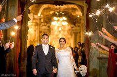 Photo by Layla Eloá www.laylaeloa.com Wedding Sparkles light | Casamento a noite | Luz para saída dos noivos | Igreja Matriz de Tirantes Minas Gerais