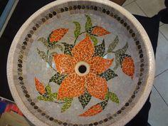 Cuba com base de cerâmica revestido com pastilhas de vidro  e granito, parte externa com verniz craquelê .  Pode ser colocada de sobrepor ou embutida