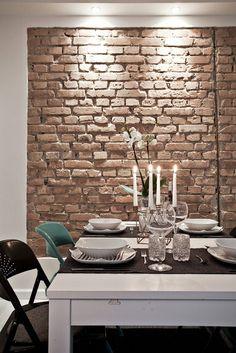 Una buena opción para romper con la linealidad del blanco y la madera dentro de estilo #nórdico  puede ser algún elemento #decorativo de construcción, como en este caso sucede con la pared de ladrillo caravista, que da a este rincón mucha calidez.