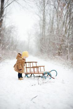 Ребенок с санками