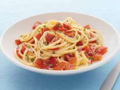 Low calorie recipes. No-Cook Fresh Tomato Sauce with Pasta