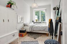 ベッドを壁側に寄せて置くと、手前に空間が生まれます。狭い部屋を広く使うコツですね。特にデットスペースになりがちな窓辺がおすすめ。気持ちいい朝日で目覚めることもでき、一石二鳥です。