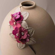 Tiara de metal com flores de couro.   headband