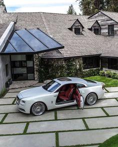 Bentley Motors, Classic Cars British, Old Classic Cars, Small Luxury Cars, Luxury Suv, Rolls Royal Car, Rolls Royce Phantom Interior, White Rolls Royce, Old Rolls Royce