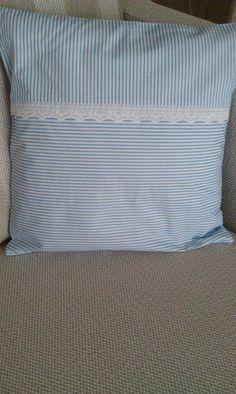 Modrobílá nálada Velice hezký,něžný povlak na polštářek o rozměrech výplně 40x40cm. Hotelové zapínání. Modrobílý proužek doplněný bavlněnou krajkou. Vyrobeno v nekuřáckém prostředí.
