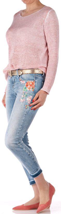 """Eine lässige, schmal geschnittene 7/8 Jeans """"Liu Short"""" von Cambio in der Farbe """"used"""" hellblau. Das Modell besticht durch den """"used"""" Look an der Front, das Blumenstitching, die Verletzungen und die Auswaschun..."""