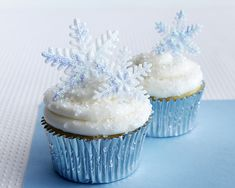 Winter is coming! This calls for winter themed cupcakes - so check out this tutorial and start baking your snowflake cupcakes!