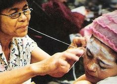 La depilación con hilo es una técnica milenaria que tiene sus orígenes en la India y la antigua Persia. Actualmente es el método de depilación de cejas y rostro más popular en los países asiáticos y del Medio Oriente.Esta técnica es tan gentil sobre la piel como nuestras mejores ceras, con el beneficio añadido de ser un método más preciso. Para personas con pieles sensibles, es la técnica más recomendable en depilaciones faciales.