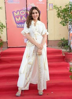 Sara Ali Khan makes a chic case for ruffled kurtas while shooting an episode for the TV show Movie Masti With Manish Paul Indian Gowns Dresses, Indian Outfits, Simple Kurta Designs, Bollywood Outfits, Sara Ali Khan, Traditional Outfits, Designer Dresses, Bollywood Celebrities, Bollywood Actress