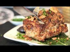 Lomo de cerdo relleno de tocino, champiñones y nuez, y cubierto con una costra de nuez y pimientas de colores. La receta perfecta para esta Navidad o Año Nuevo.