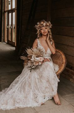 A dreamy bohemian wedding shoot with beach inspired decor elements, bridal crowns, dried flower crowns and stunning lace wedding dresses. Bridal Crown, Bridal Lace, Hippie Style, Bohemian Beach Wedding, Boho Bride, Best Wedding Blogs, Modern Wedding Inspiration, Bouquets, Marie