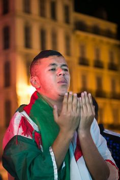Algeria+football+fans+react+as+they+watch+the+2014+FIFA+World+Cup+round+of+16+football+match+between+Algeria+and+Germany+on+a+screen+in+Marseille%2C+southern+France+%281%29.jpg (1065×1600)