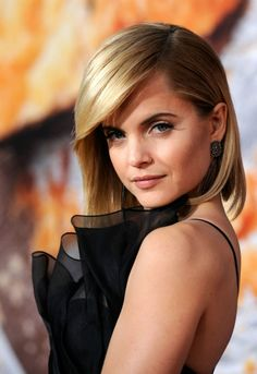 How amazing does Mena Suvari look wearing this bob! Mena Suvari, Short Hair Hacks, Short Hair Styles, Short Long Bob, Short Bobs, Christmas Hairstyles, Celebrity Beauty, Celebrity Pics, Great Hair