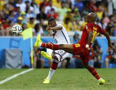 Jerome Boateng luta pela bola com Andre Ayew durante o jogo em Fortaleza REUTERS  MARCELO DEL POZO