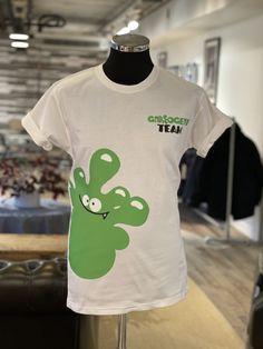 Nye t-skjorter, med alternativ plassering av logo, til Groogert Team. Har du behov for profilklær til din bedrift? Ta kontakt på 46 96 76 62 Mens Tops, T Shirt, Fashion, Alternative, Supreme T Shirt, Moda, Tee Shirt, Fashion Styles, Fashion Illustrations