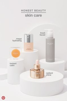 Looking to clean up your skin care routine? These picks from Jessica Alba's Honest Beauty make it ea Beauty Photography, Anuncio Perfume, Jessica Alba, Cosmetic Design, Cosmetic Display, Younger Skin, Cosmetic Packaging, Face Oil, Skin Care Regimen