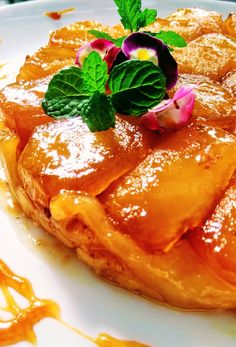 Tarte Tatin: A Mais Famosa Das Tortas Francesas, por Ceres Azevedo Quiche, Icing Recipe, Pastry Recipes, Creme Brulee, Cakes And More, Cooking Tips, Brunch, Food And Drink, Sweets