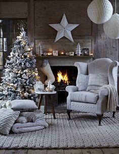 Ambiance très hivernal pour ce sapin. Tout de blanc vêtu, il est particulièrement joli au coin du feu.   Recevoir   Noël 2014