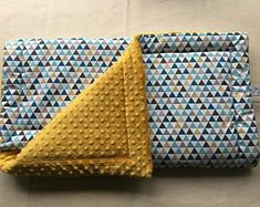 Baby plaid blanket doubled for bed or crib. One side cotton graphic triangle duck blue, mustard and gray and one side cotton Minky with dots of mustard color. Cover fully lined with cm thick fleece. Sewing Online, Baby Couture, Minky Baby Blanket, Plaid Blanket, Creation Couture, Diy Pillows, Graphic Patterns, Baby Sewing, New Baby Products
