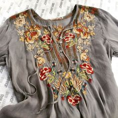 The Johnny Was CARNATION BLOUSE exudes bohemian style! This boho blouse features a colorful Far East-inspired floral embroidery design along the front, back, and sleeves. With a button front with tie and two decorative front pockets, this embroidered top Estilo Boho Chic, Look Boho Chic, Estilo Hippie, Embroidered Clothes, Embroidered Blouse, Boho Outfits, Cute Outfits, Fashion Outfits, Bohemian Mode