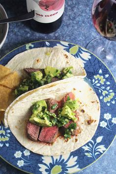 Easy Sirloin Steak Tacos topped with an awesome avocado sauce. Pairs well with a California Zinfandel. Mexican Food Recipes, Vegan Recipes, Cooking Recipes, Ethnic Recipes, Mexican Dishes, Appetizer Recipes, Dinner Recipes, Dinner Ideas, Chats Recipe