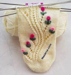 NAKIŞ İŞLEMELİ 5 ŞİŞ ÇORAP:YILAN GÜLE DOLANDI MODELLİ | Nazarca.com Fair Isle Knitting, Loom Knitting, Knitting Stitches, Hand Knitting, Knitted Baby Clothes, Knitted Hats, Crochet Shoes, Knit Crochet, Woolen Socks