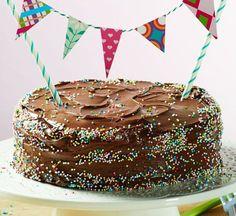Ein süßer runder Nuss-Kuchen mit Nuss-Nougat-Creme
