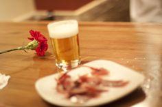 Una #caña tirada con maestría y una tapa de #jamón exquisita #cerveza #Spanishfood