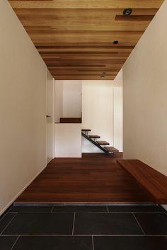 Mooi gebruik van tegels in combinatie met hout. Yasuno Sakata