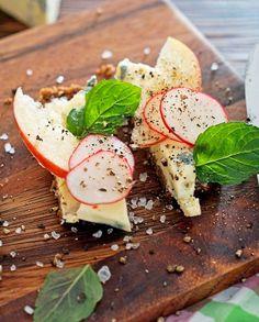 Brot mit Butter, Radieschen, Apfel, Minze und Blauschimmel-Käse