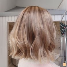 Warm Blonde Balayage Get all the hair colour inspiration you need, with all the best blonde balayage looks for short hair - from icy blondes to warm, rich caramel tones. Butter Blonde Hair, Medium Blonde Hair, Light Blonde Hair, Platinum Blonde Hair, Short Blonde, Blonde Hair For Pale Skin, Caramel Blonde Hair, Blonde Honey, Icy Blonde