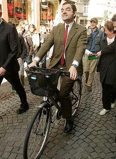 """Rowan Atkinson alias """"Mr. Bean"""" macht wie immer eine komische Figur #quepedaleo #celebritiesonbikes"""