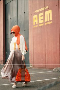 A Girl With Cultural and Orange Touches love the orange body chain Abaya Fashion, Muslim Fashion, Modest Fashion, Fashion Outfits, Womens Fashion, Turban, Brown Maxi Skirts, Hijab Wear, Hijab Trends