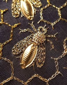 Embroidery Bee Design Ideas For 2019 Christmas Embroidery Patterns, Embroidery Patterns Free, Embroidery Fashion, Embroidery Fabric, Embroidery Jewelry, Hand Embroidery Designs, Ribbon Embroidery, Sewing Machine Projects, Or Noir