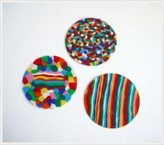 Posavasos de plastilina. Recortar papel de acetato en forma de círculos. Sobre uno de ellos se pone plastilina al gusto y encima otro círculo de acetato. Le pasamos el rodillo por encima y retiramos la plastilina sobrante de los bordes con un cuchillito.