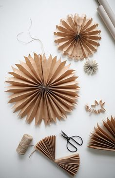 DIY: paper stars (trend trends) - Joyeux - DIY: paper stars Informations About DIY: Pappersstjärnor (Trendenser) Pin You can easily use my pr - Natural Christmas, Noel Christmas, Christmas Paper, Simple Christmas, Winter Christmas, Christmas Ornaments, Christmas Origami, Navidad Simple, Navidad Diy