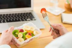 Adult male snacking on fruit at work. Healthy Travel Snacks, Health Snacks For Work, Lunch Snacks, Lunch Saludable, Health Care Assistant, Cake Order Forms, Snack Video, Healthy Lifestyle Tips, Keeping Healthy