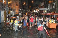 Chuvas causam transtornos ao recifense As chuvas recomeçaram na tarde desta terça-feira (04) e já preocupam os recifenses. Muitos pontos de alagamento da cidade estão causando transtornos para os motoristas e pedestres, como o cruzamento da Rua do Riachuelo com a Rua do Hospício.