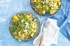 Mooi weer? Dan eten we lekker salade met bulgur, avocado, kikkererwten en rucola in de zon. - Recept - Allerhande
