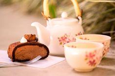 Chocolate Roll Cake: chiffon de chocolate com mousse de chocolate 54% (Foto: Rafael Salvador/ Hashitag) Salvador, Tableware, Dishes, Gastronomia, Recipes, Savior, Dinnerware
