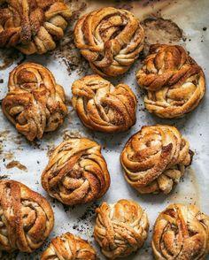 Snurrade kanelbullar a la Per Moberg Bread Recipes, Cooking Recipes, Delicious Desserts, Dessert Recipes, Tea Time Snacks, Everyday Food, Cake, Cinnamon, Sweet Tooth